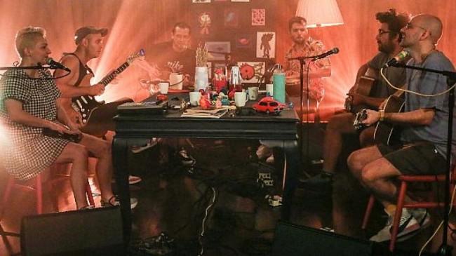 'Bir Masada Oturduk' sezon finalinde Büyük Ev Ablukada konuk oluyor.