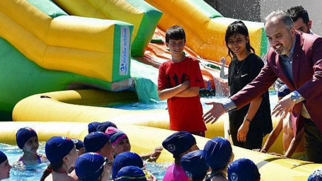 Bursa Büyükşehir Belediyesi okul bahçelerine portatif dev yüzme havuzları kurdu