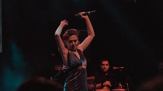 Yıldız Tilbe Konserde Mehmet Ali Erbil'e Bağlanarak Şarkı Söyledi
