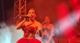 Reges Çeşme'de sahne alan Burcu Güneş, canlı performansı ve sesi ile izleyenleri bir kez daha büyüledi.